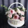 Композиция в корзине из искусственных цветов