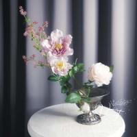 Композиция из искусственных цветов в ретро вазе