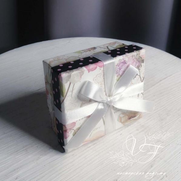 Коробка подарочная с чёрной полосой