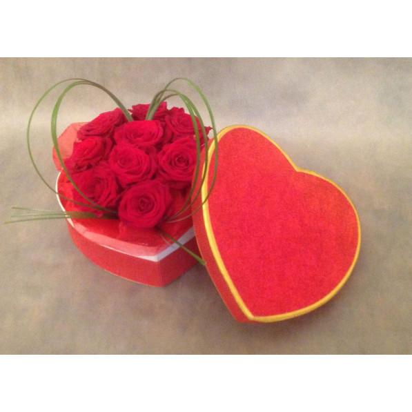 Красные цветочные композиции из роз в форме сердца недорого.