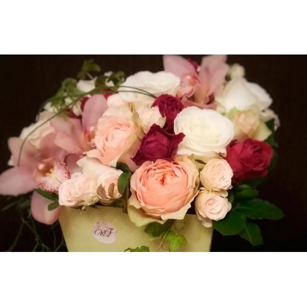Цветочная композиция в коробке Пленительный аромат