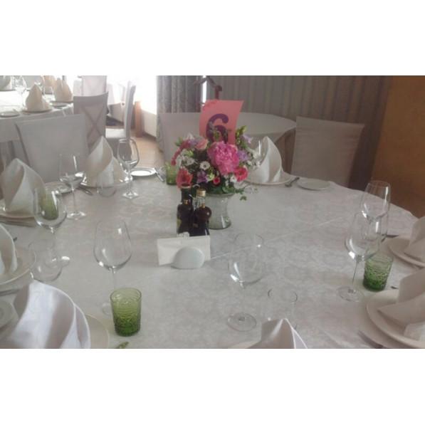 Цветочная композиция из пионов, хризантем и роз на столы