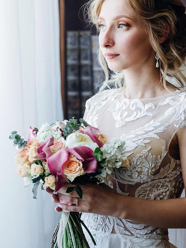 Фотография девушки с цветами от Vladi-flowers